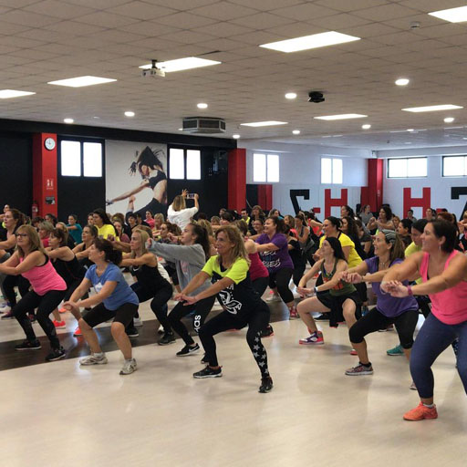 Zumba, la actividad de fitness en gimnasio que te tonifica bailando